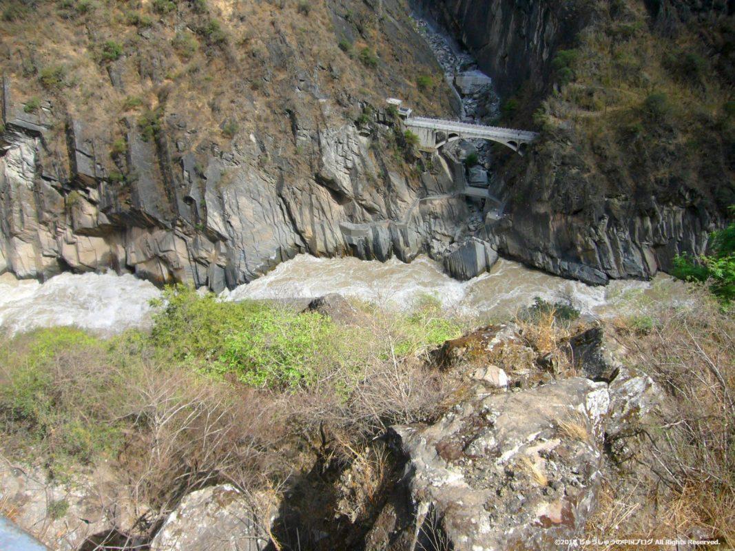 上から虎跳峡を眺める