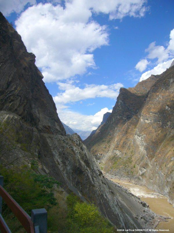 虎跳峡と金沙江の縦の写真
