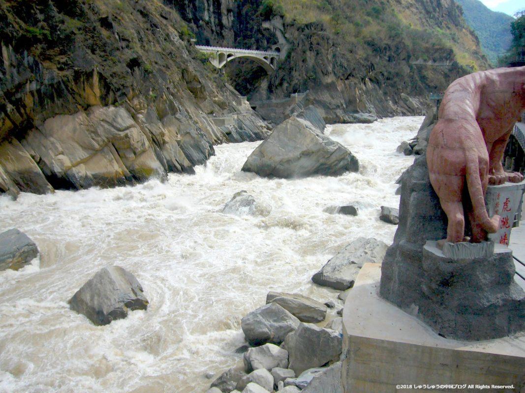 虎跳峡の金沙江の流れ