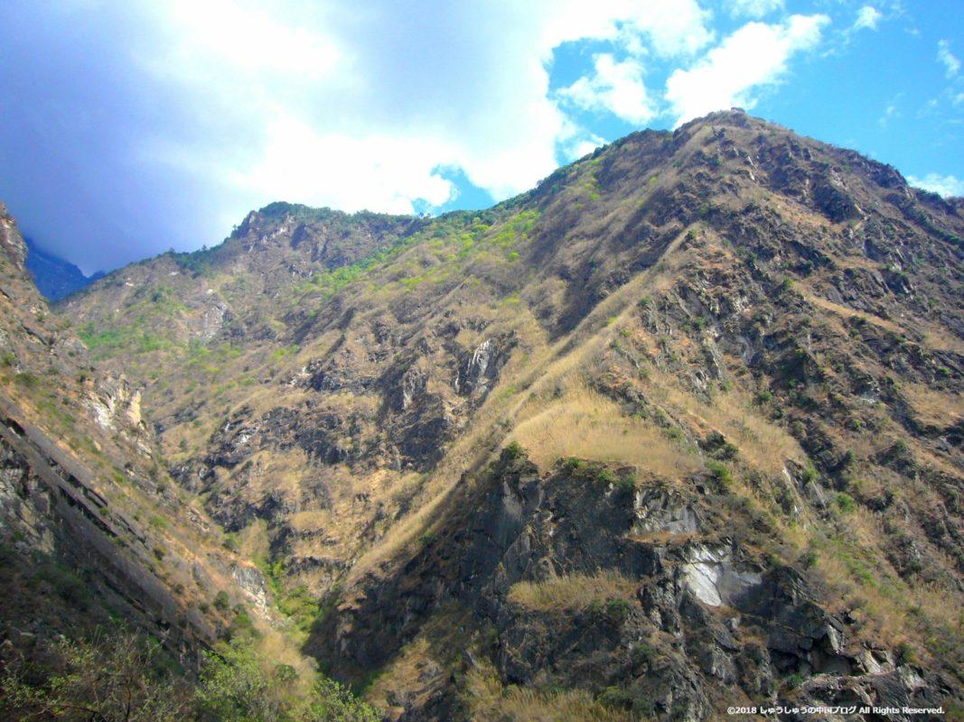 虎跳峡の周囲の山々