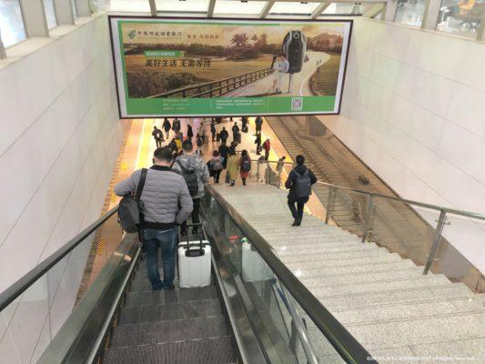 鄭州東駅のホームへのエスカレーター