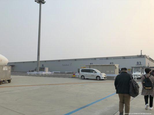 関西国際空港第2ターミナル到着して飛行機を降りる