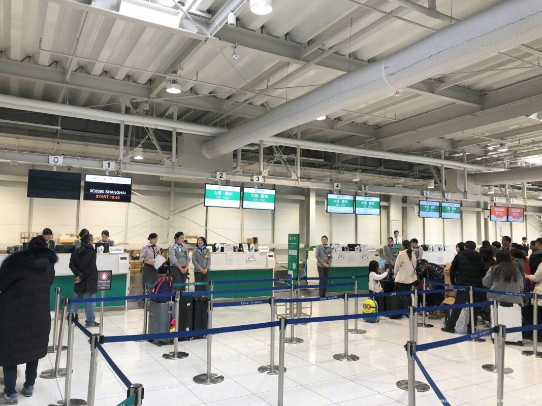 関西国際空港第2ターミナルの春秋航空のチェックインカウンター