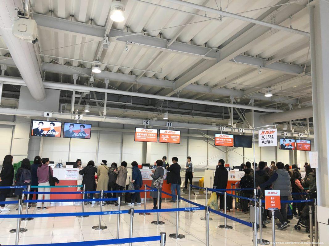 関西国際空港第2ターミナルのチェジュ航空のチェックインカウンター